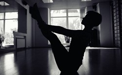 Lights Out: 3 Benefits to Practicing Yoga in the Dark This Fall Season
